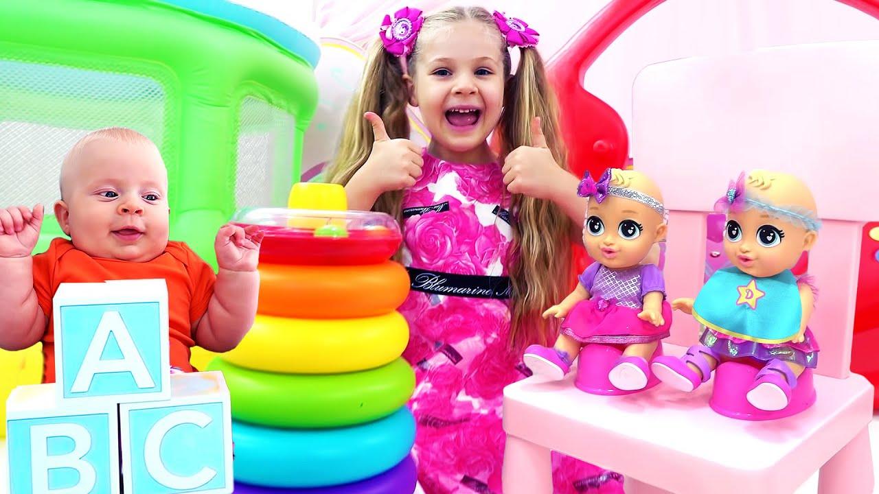 ديانا وروما يلعبان في غرفة ألعاب الأطفال ودمية الأطفال الجديدة