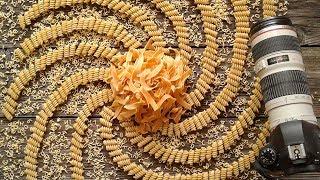 Как делается фото с макаронами в виде спиралей и лапшой, pasta on wood background