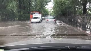 Смотреть видео По морям, по волнам! Когда в Москве решат проблему ливневых канализаций?! онлайн