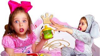 Дарья играет как няня с маленькой сестричкой