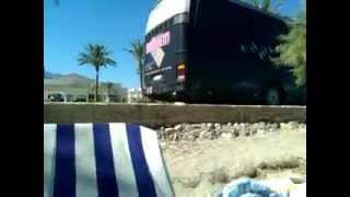 Пляж отеля Zorbas 4* Beach Hotel Кос Греция(Автобус на остановке с работающим двигателем практически у изголовья лежака на