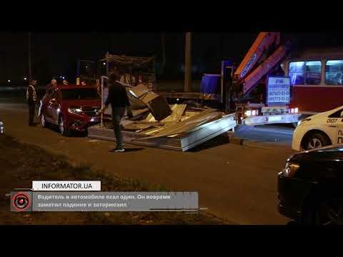В Днепре с манипулятора билборд упал на Renault Logan