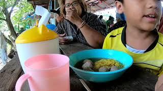 ตายายพาหลานไปกินอาหารกลางธรรมชาตื