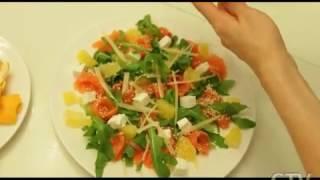 Здоровое питание: готовим салат из слабосоленой форели с филе апельсина с Аленой Высоцкой