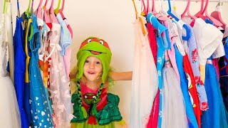 Nastya giả vờ chơi ăn mặc và đồ chơi trang điểm