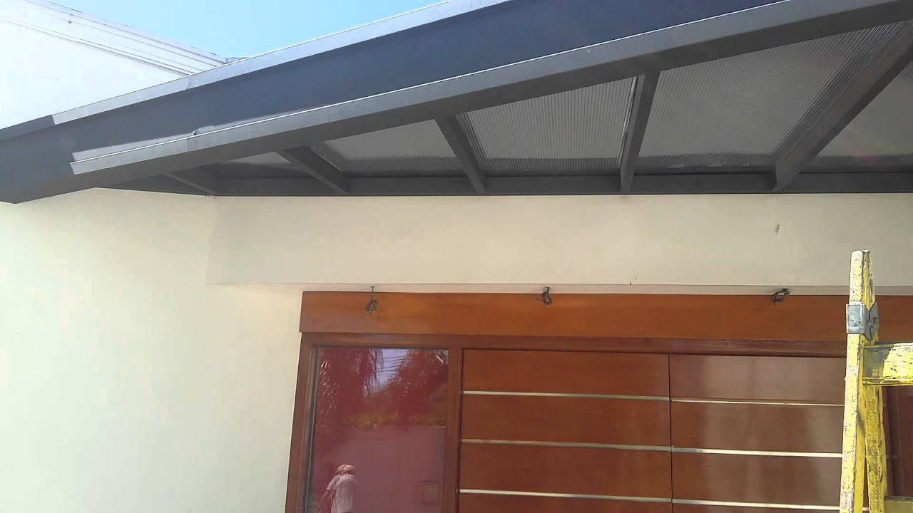 Alero para proteger la puerta de ingreso instalado en for Como hacer un techo de madera