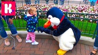 Париж День 1 Диснейленд погуляем катаемся на поезде купим шарик Disneyland Park Paris(1 Диснейленд Парк (Франция) завтракаем в отеле и зайдём в магазин Дисней в отеле! Едем в парк на автобусе..., 2015-09-19T06:28:57.000Z)