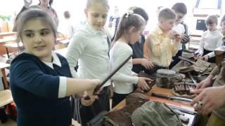 Урок патриотизма в 45 школе  3 В класс  04 05 2017 г   Школьники смотрят предметы вооружения и быта