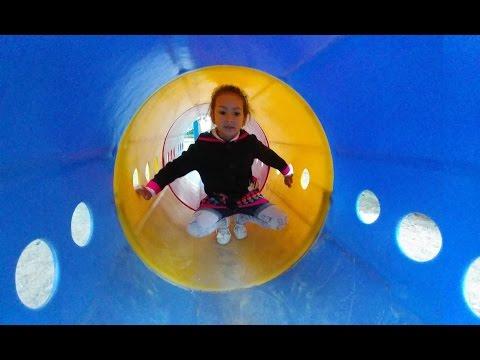Parkta Oyunlar Ve Trambolinde Zıplama , Eğlenceli çocuk Videosu