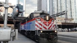 ディーゼル機関車とギャラリータイプ2階建て客車でプッシュプル運転をす...