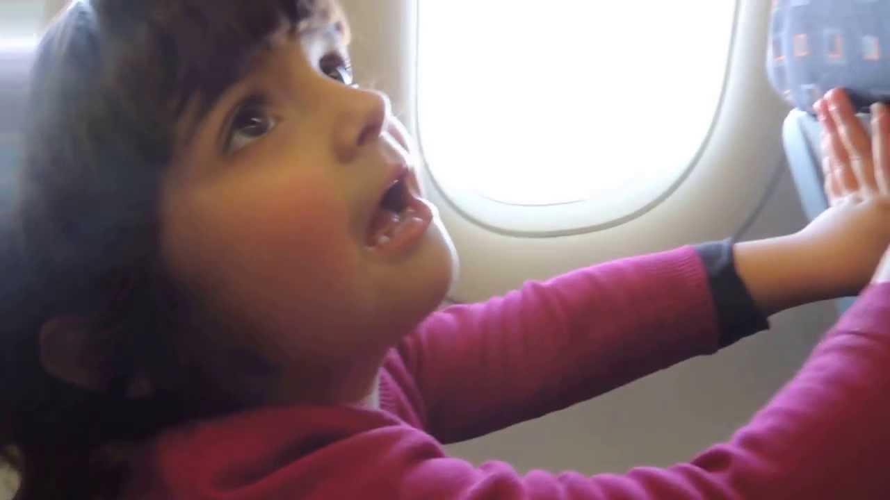 qualità superiore autentico un'altra possibilità Istruzioni di volo: Giorgia (3 anni) spiega come allacciare la cintura di  sicurezza