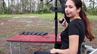 Francotiradora Cortando un Poste con un AK-47