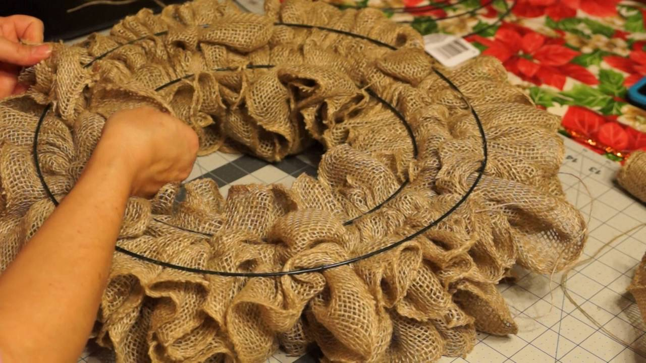 Ruffle burlap wreath 2 doovi for What to make with burlap