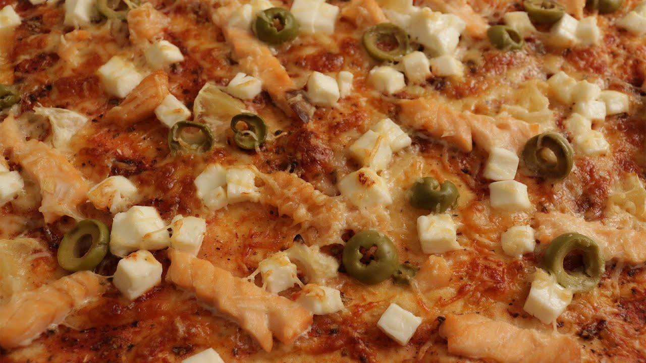 Пицца с лососем и мягким сыром на скорую руку