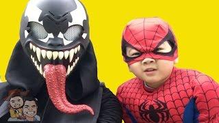 なりきりごっこ遊びスパイダーマンでヴェノム (Venom)と戦い! Spiderma...