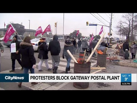 Protesters block Canada Post plant in Mississauga