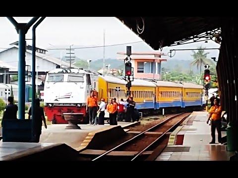Kereta Api Gaya Baru Malam Masuk Stasiun Purwokerto di Iringi Lagu Khas Stasiun Purwokerto