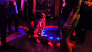 Ребенок (полтора года) танцует в кафе со взрослыми