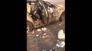 7 рабочих после того, как они перевернулись в автомобиле, полном банок белой краски