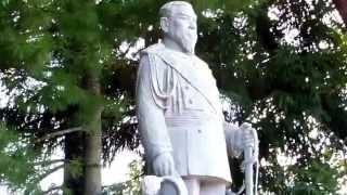 説明 盛岡八幡宮に鎮座する明治天皇の立像.