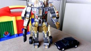 Игрушечные машинки и робот. Новая и старые игрушки. Видео для детей(В этом видео две игрушечные машинки расскажут о своем хозяине, маленьком мальчике. Он очень любит старинные..., 2016-10-17T03:00:01.000Z)