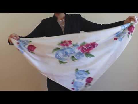 Le carré de soie biologique imprimé de notre motif floral exclusif