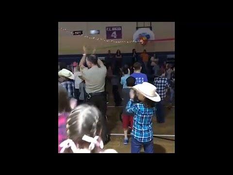 شاهد: ضابط يستعرض مهاراته بالرقص في عرض لمدرسة ابتدائية في ألاباما…  - نشر قبل 3 ساعة