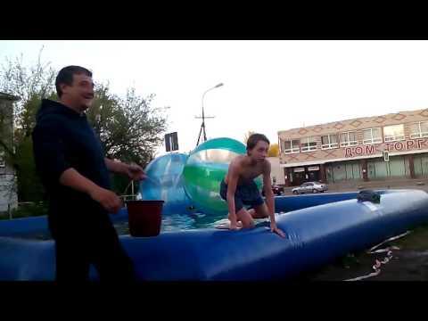 Эпические игры у бассейна с водой (смотреть до конца)