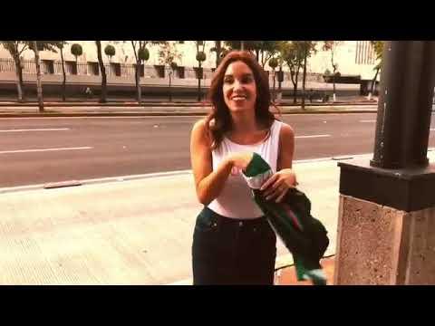 Andrea Escalona paga apuesta y camina en traje de baño por Reforma