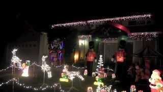 Häuser mit Lichtern dekoriert und klassische Comic-Figuren in Fremont, CA