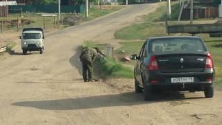 Забайкалец сам закапывает ямы на дорогах