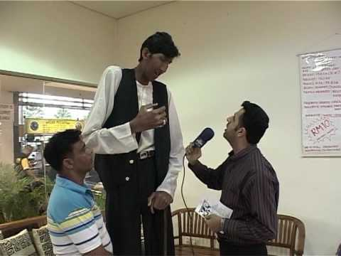 the second tallest man in the world - YouTube