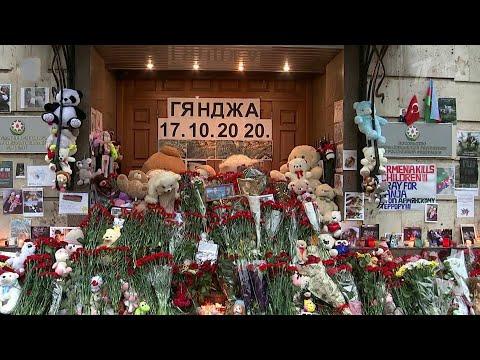 В Москве появились стихийные мемориалы в память о погибших нагорно-карабахского конфликта.