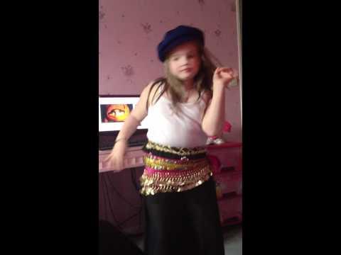 ines danse orientale dans sa  chambre