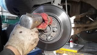 Как снять прикипевший тормозной диск?