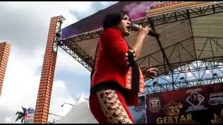 Ike Nurjanah  menghipnotis para penonton saat Ultah Kota Bandar Lampung ke 335 .Minggu (7/5)