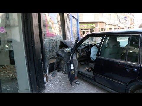 ACCIDENTE HOY ! Un coche se empotra contra un comercio de Archena