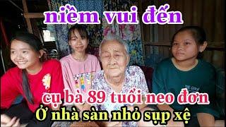 Bà cụ 89 tuổi sống neo đơn trên căn nhà sàn nhỏ sụp xệ rơi nước mắt khi được các cháu đến thăm