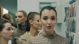 Как работают стилисты с моделями (за кулисами показа)(Великолепная и слаженная работа команды Анатолия Лазарева на шикарном показе модной коллекции ведущих..., 2015-08-21T08:39:55.000Z)