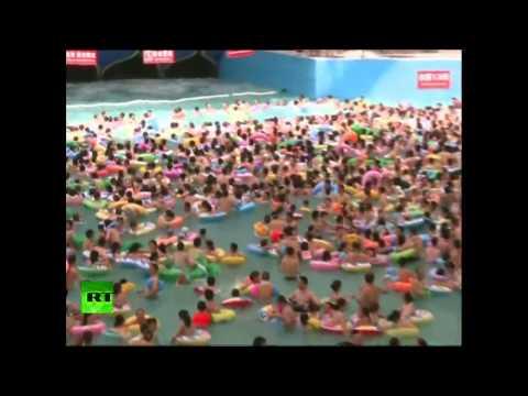Miles de chinos casi hacen explotar la piscina más grande del mundo