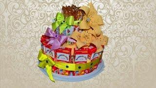 Тортик для ребенка из пакетов с соком, мюсли и леденцами, украшенный цветами.
