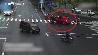 Only in 38 seconds, passers-by lifted the car that ran over a young girl on a scooter