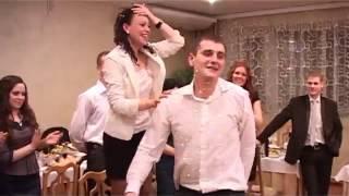 Игра на свадьбе, перенос подруг разными способами.