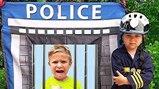 Diana e Roma brincam de polícia