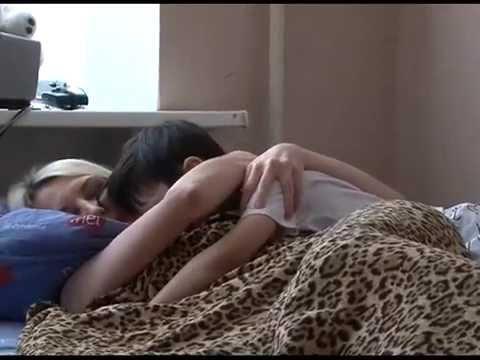 zhena-masturbiruet-na-krovati-posle-seksa-smotret-onlayn-video-shlepni-po-pope-foto