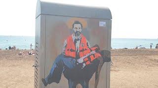 El grafitero TVboy plasma la labor de Open Arms como 'La piedad de San Oscar' en La Barceloneta