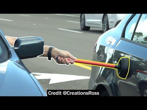 Stößel auf die Autos der Leute im Verkehr schleichen + video