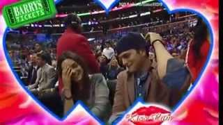 Gambar cover Mila Kunis & Ashton Kutcher's Kiss Cam Moment