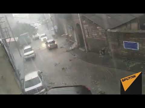 Сорванные ветви и залитые водой улицы - видео последствий урагана в Тбилиси