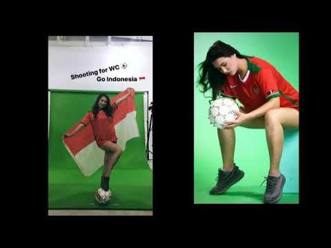 Maria Ozawa (MIYABI) dukung timnas indonesia lengkap dengan jersey dan bendera merah putih